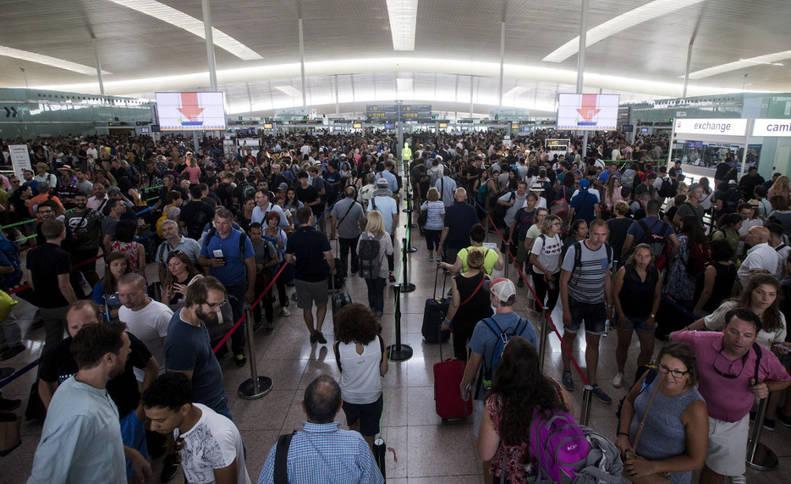 Imagen de colas para acceder al control de seguridad del Aeropuerto de Barcelona-El Prat.