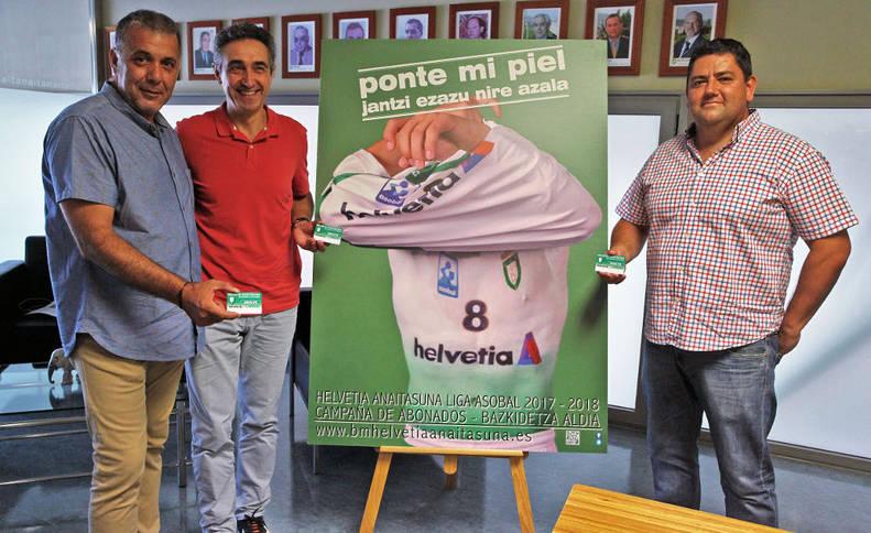 El presidente de la Federación Navarra de Balonmano, Andrés Garde; el presidente de la Sociedad Anaitasuna, Miguel Ollacarizqueta, y el responsable de la sección de balonmano, Javi Gracia, presentaron ayer la campaña de abonados.
