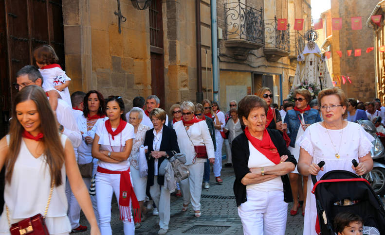 Foto de vecinos de Corella acompañan a la Virgen de la Merced en su recorrido procesional.