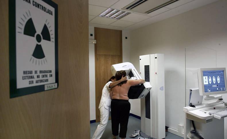 Una mujer se realiza una mamografía en 2008.