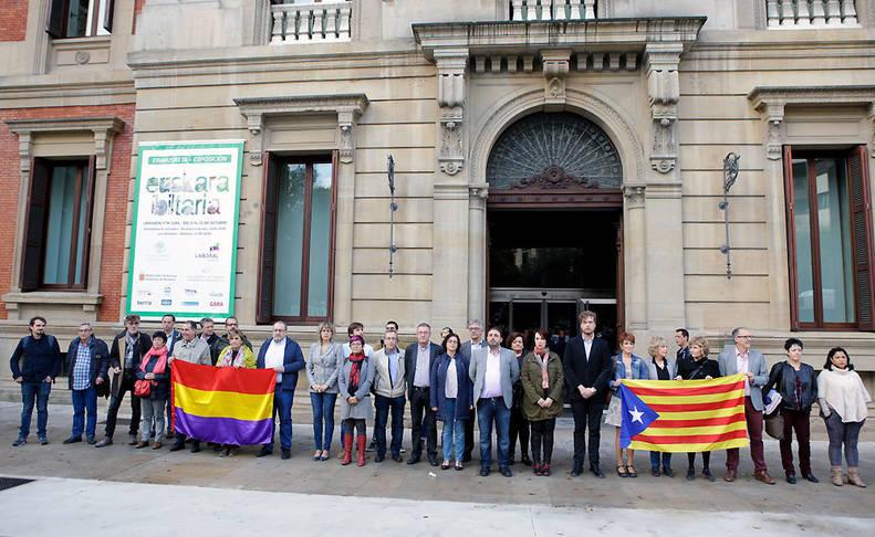 Concentración este jueves en la puerta del Parlamento de Navarra.