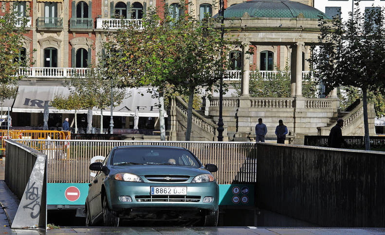 Un coche saliendo del aparcamiento de la Plaza del Castillo, donde muchos residentes en el centro tienen alquilada o comprada una plaza de garaje.