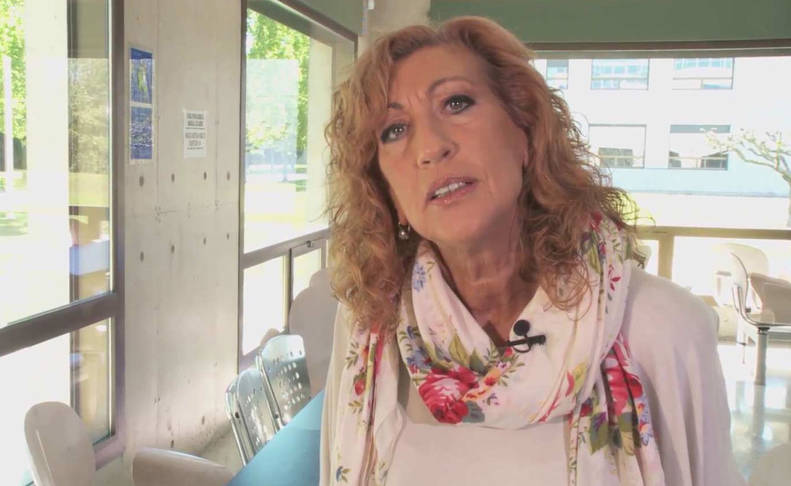 Fotograma del vídeo con Mayte Baines, alumna del Aula de la Experiencia de la UPNA, formulando su pregunta.