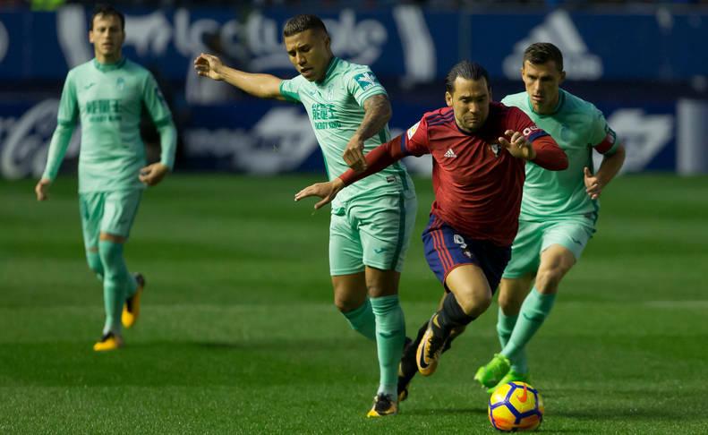 Quique conduce el balón en el partido Osasuna-Barcelona B disputado en El Sadar.