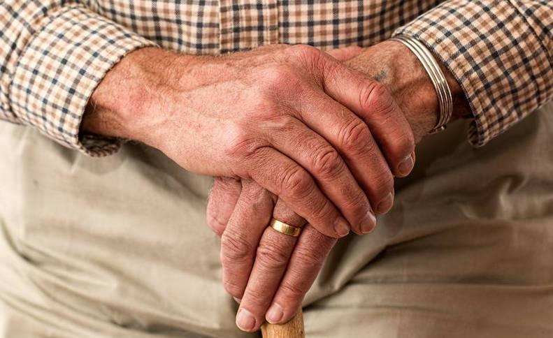 Imagen detalle de las manos de un jubilado