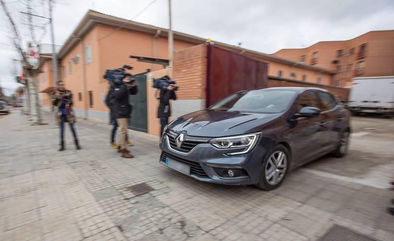 La menor que denunció abusos sexuales el pasado mes de diciembre por parte de tres jugadores de la Arandina CF, junto con su padre, abandona en coche este jueves el Juzgado de Instrucción número 1 de Aranda de Duero (Burgos), tras prestar declaración.