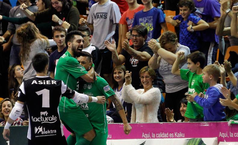 foto de La comunión perfecta entre equipo y afición es visible en cada partido del Xota.