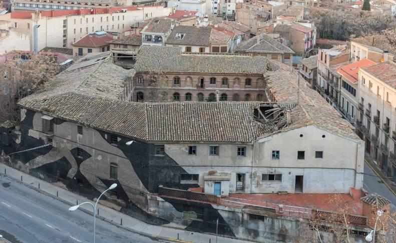 Imagen general del edificio de Sementales, con zonas del tejado muy deterioradas y hundidas.