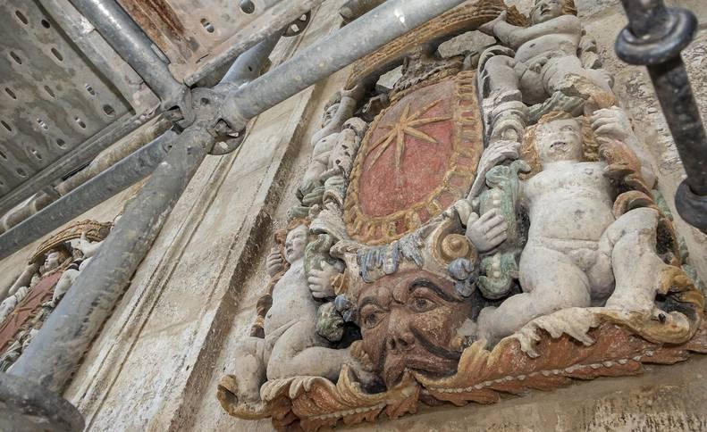 Uno de los dos escudos de la fachada principal, en el balcón de la primera planta del palacio barroco que fue antiguo ayuntamiento y juzgado,  muestra las policromías que han salido a la luz en buen estado de conservación una vez llevada a cabo la limpieza durante las obras.
