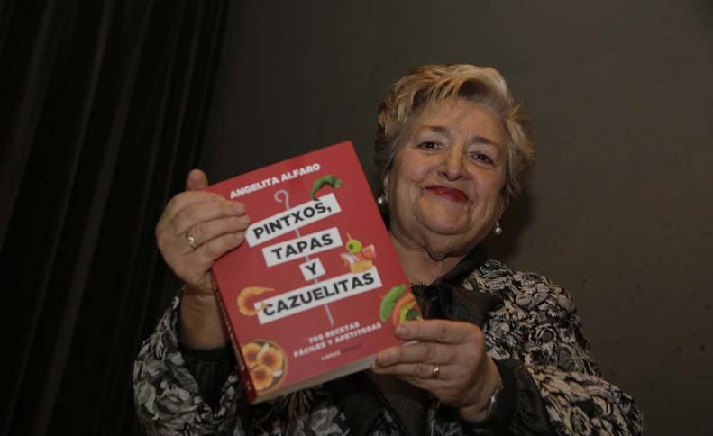 Angelita Alfaro presentó y firmó este jueves en El Corte Inglés su libro número veintidós.