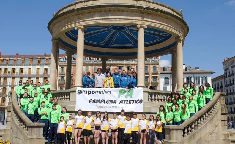 El Grupompleo Pamplona Atlético reunió a parte de sus 500 integrantes -entre escuela, equipos y entrenadores- ayer en la Plaza del Castillo.