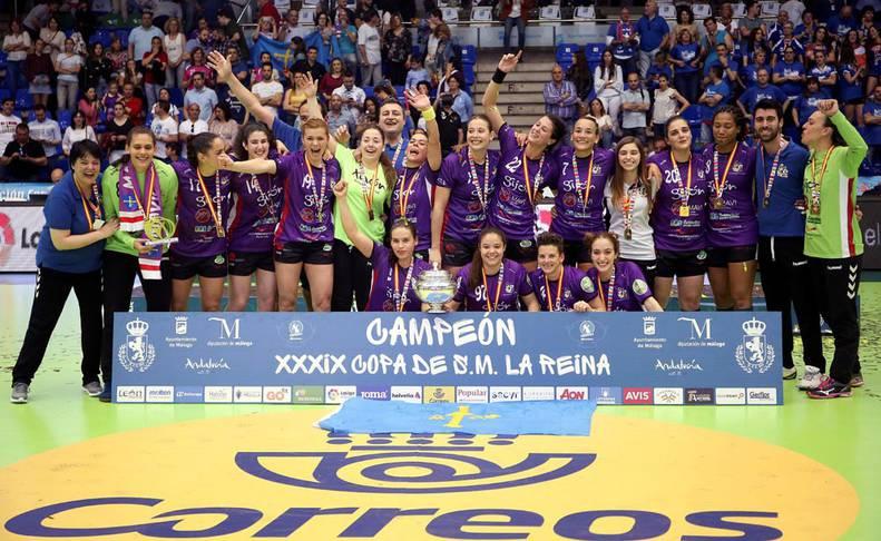 Las jugadoras del Mavi Nuevas Tecnologías celebran la victoria frente al Super Amara Bera Bera, tras concluir la final de la XXXIX Copa de la Reina de balonmano femenino