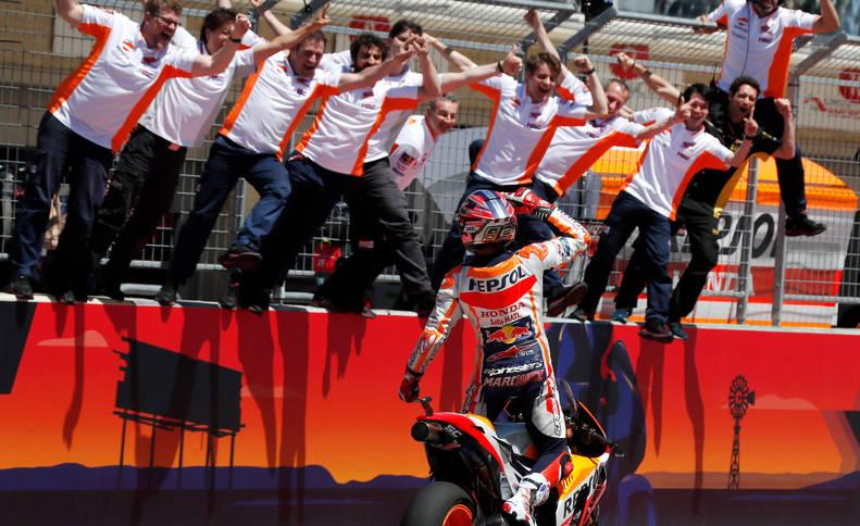 foto de Marc Márquez celebrando su triunfo con su equipo.