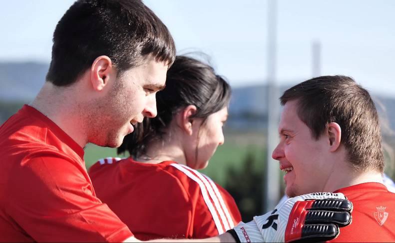 Oier Altuna charla con un compañero de equipo en un momento del vídeo publicado por Osasuna