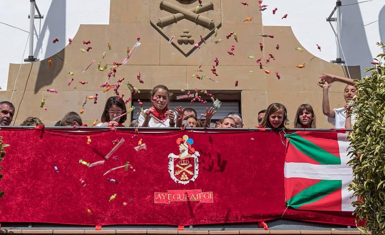 Balcón consistorial en el cohete de las fiestas de Ayegui de 2017.