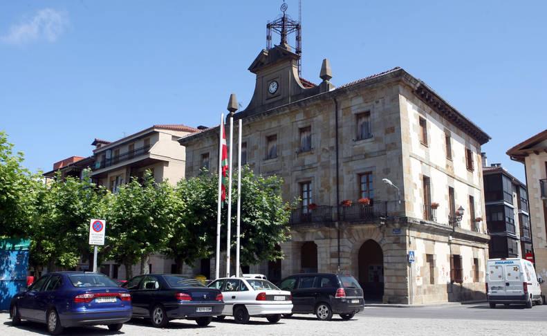 Vista parcial del Ayuntamiento de Etxarri Aranatz.