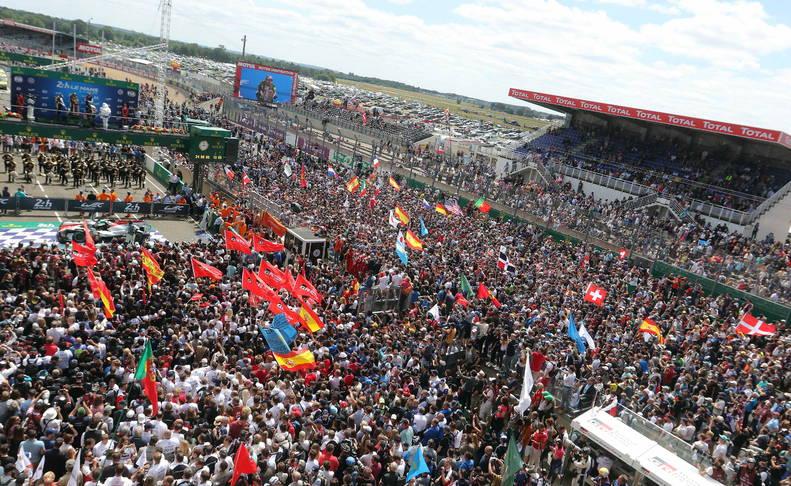 Aficionados alrededor del podio en el circuito de Le Mans.