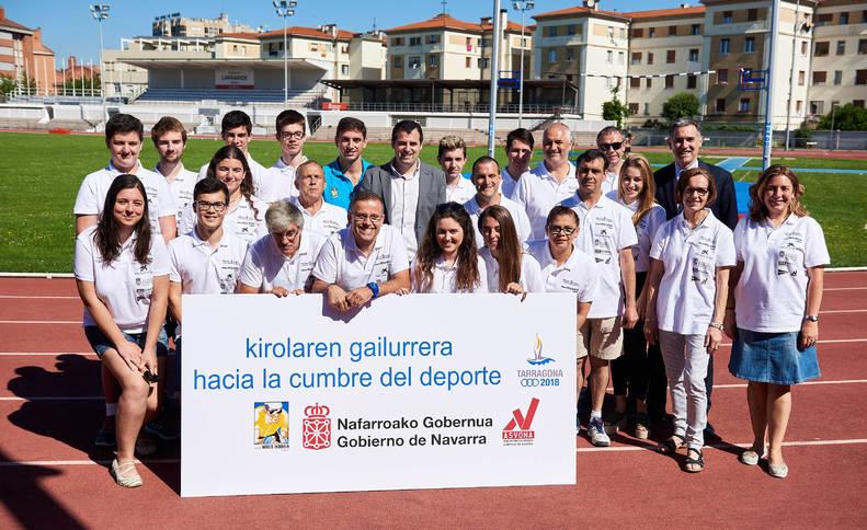 Los voluntarios junto con el atleta Nico Quijera, Óscar Insausti y Rubén Goñi, ayer por la mañana en el Estadio Larrabide.