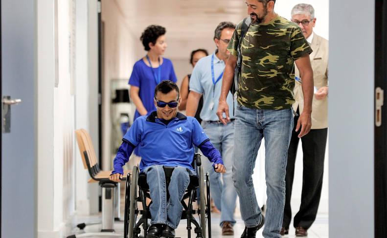 El doctor Cavadas y el joven Willmar Arias, en el Hospital de Manises.