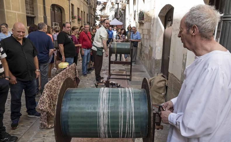 Imagen del mercado, público y artesanía presentes durante la Semana Medieval de Estella