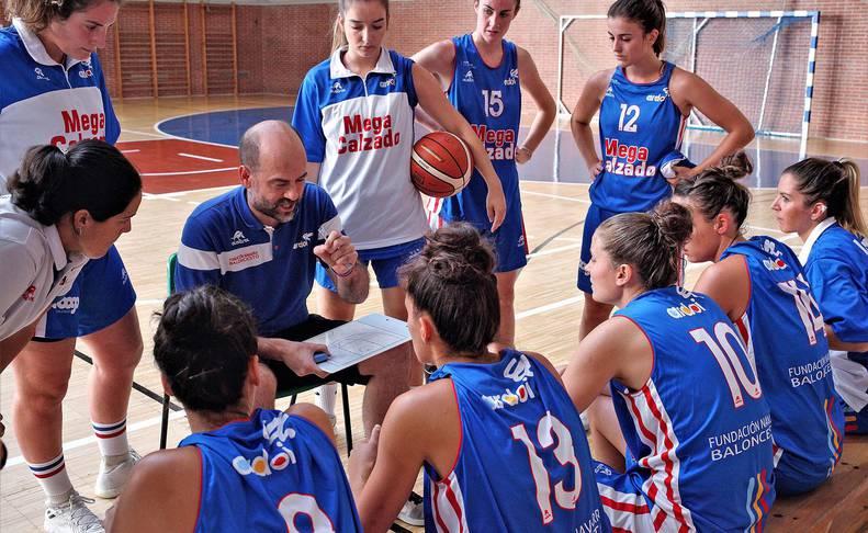 El técnico Aitor Alonso da instrucciones a las jugadoras del equipo de LF2 del Ardoi, referente del baloncesto femenino navarro.