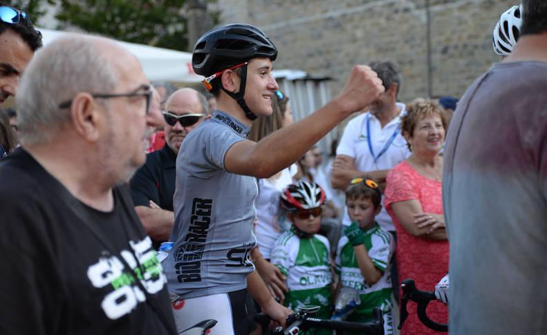 Iosu Etxeberria Azpilikueta celebra la victoria en la Vuelta Ciclista a Pamplona 2018.