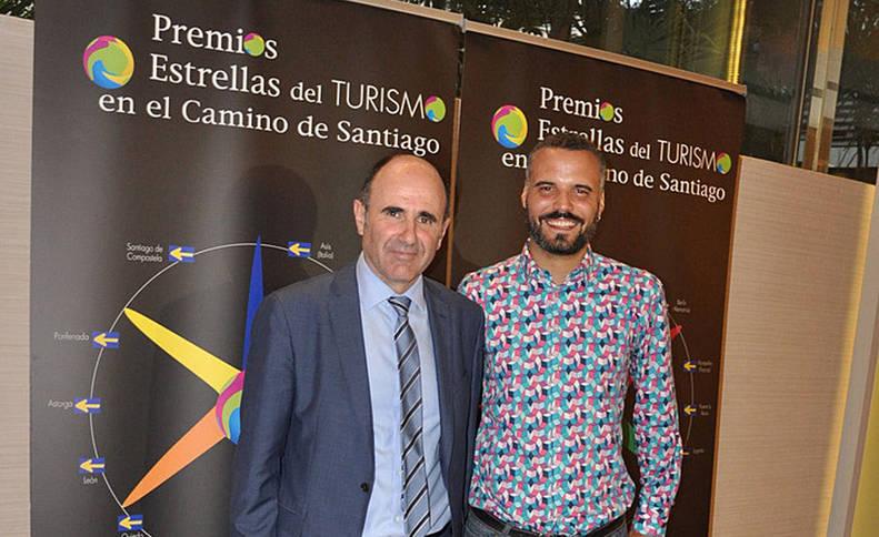 foto de El vicepresidente Ayerdi con el alcalde de Puente la Reina, Oihan Mendo.