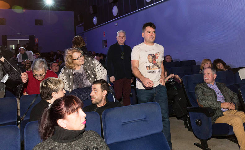 Raúl de la Fuente, seguido del edil de Cultura Javier Gómez, a su llegada este jueves el Cine Moncayo de Tudela.