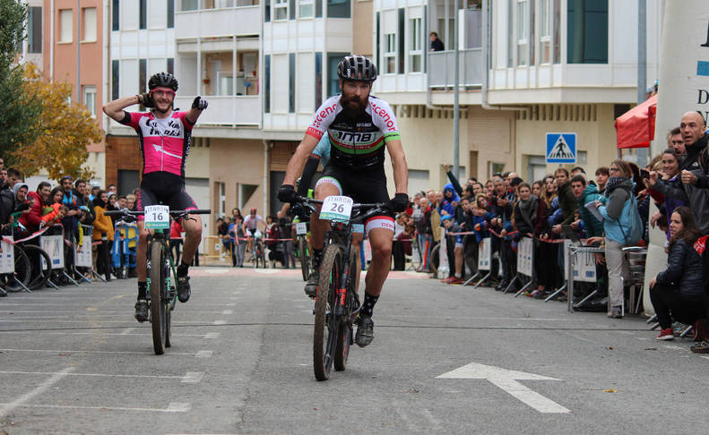 Antton Ibarguren (Ciclos Iñaki) señala al ganador del Open Jesús Bacaicoa, del DMB-Koshkil, a su paso por la línea de  meta.