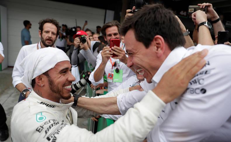Lewis Hamilton celebra la victoria con los mecánicos de su escudería.
