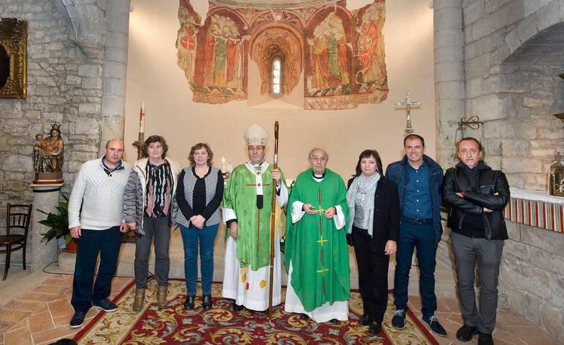 Foto de la consejera y la directora general, junto a la alcaldesa de Artaiz, el alcelde del Valle de Unciti, el arzobispo y otros representantes del Gobierno de Navarra.