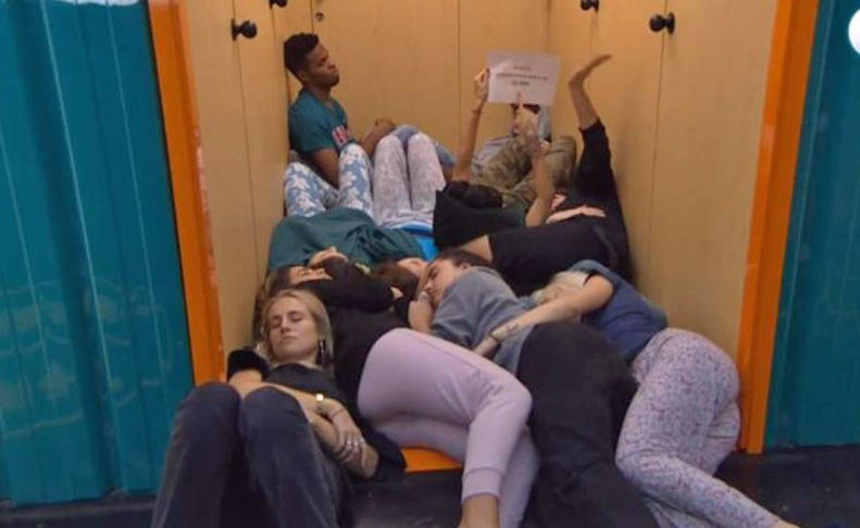 Los concursantes, rebotados en el pasillo del dormitorio a la espera de que les abrieran la puerta para poder acceder antes de finalizar el directo del canal 24 horas.
