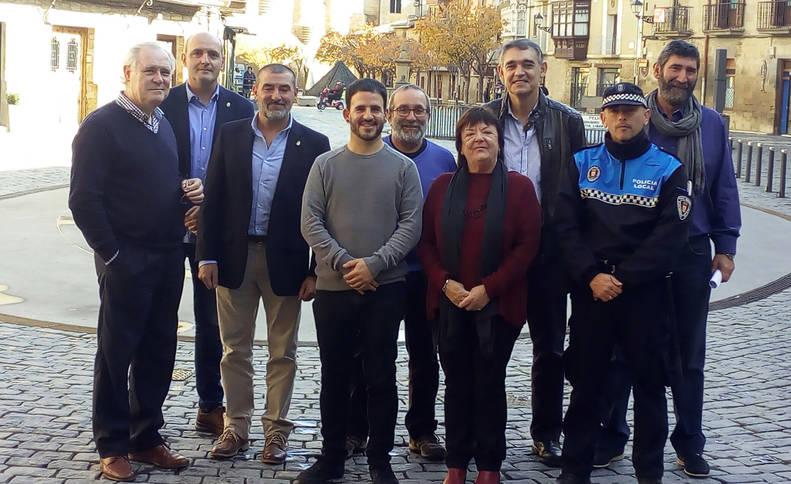 foto de La consejera Beaumont y el alcalde de Olite, Andoni Lacarra, posan con sus equipos.