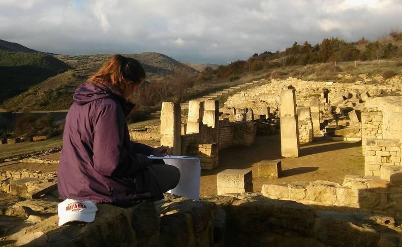 Foto de Macu Delage, de la Universidad de Navarra, ordena las fases constructivas del criptopórtico de Santa Criz.