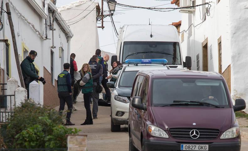 La Guardia Civil, en la calle donde vivía Laura Luelmo.