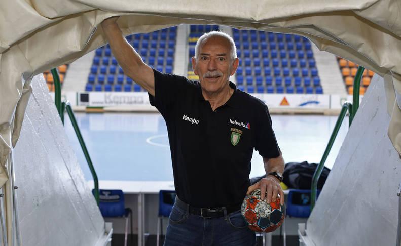 El pamplonés Mintxo Ibarrola Alemán, de 77 años, cumple su tercera temporada como delegado del Helvetia Anaitasuna en la Liga Asobal de balonmano.