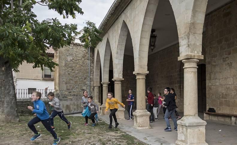 Alumnos  que acuden a la escuela rural de Abárzuza, durante un tiempo de recreo  fuera del recinto escolar este curso.