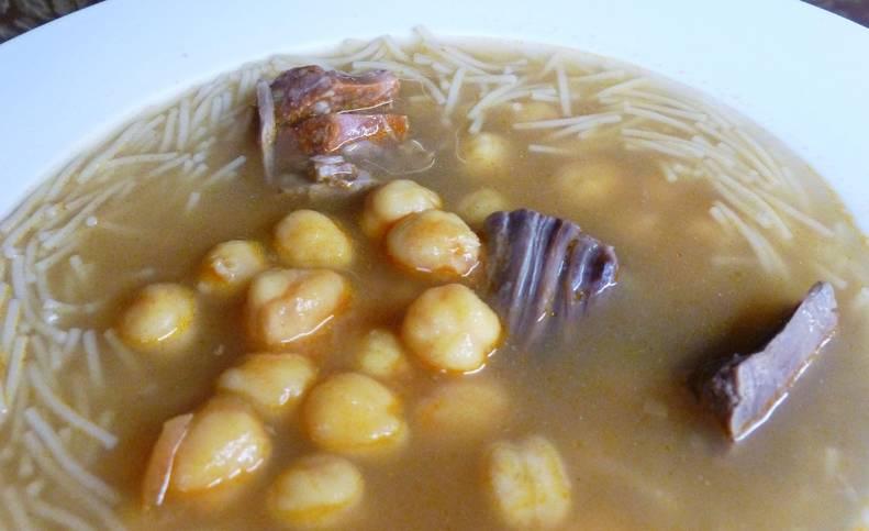 Sopa de cocido con garbanzos y de tó.