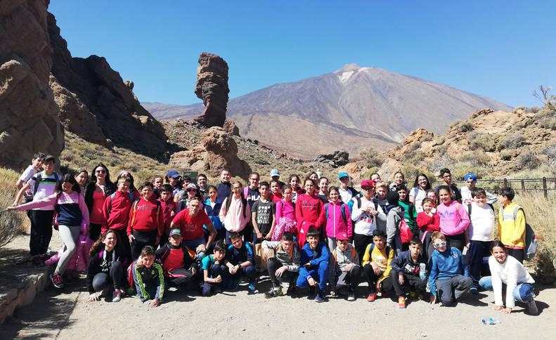 Alumnos de Fitero y del colegio Infanta Elena de La Orotova posan juntos con el Teide a sus espaldas.