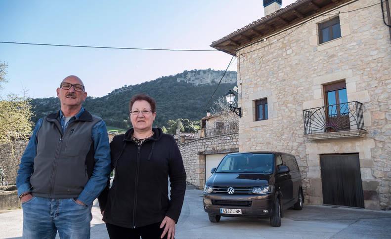 Pedro y Rosa Andueza Murguialday, frente a su casa en Gastiáin. Aparcado, el taxi de Pedro.