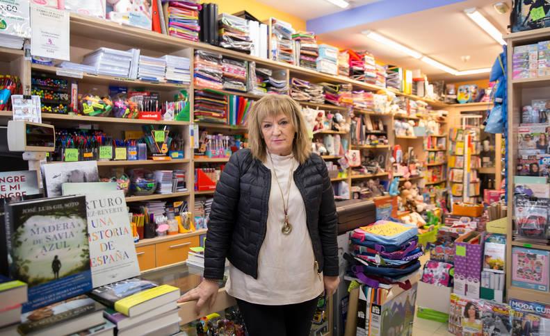 María Ángeles Lanz Iriarte, en su Librería, Papelería  Angelines.