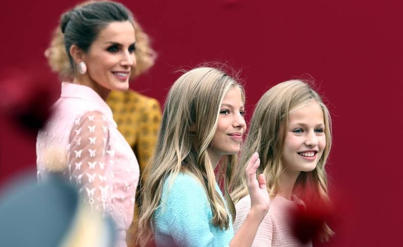 Los reyes Felipe y Letizia, acompañados de sus hijas, Leonor y Sofía, han llegado poco antes de las 11.00 horas de este sábado a la Plaza de Lima de Madrid para presidir el desfile del Día de la Fiesta Nacional.