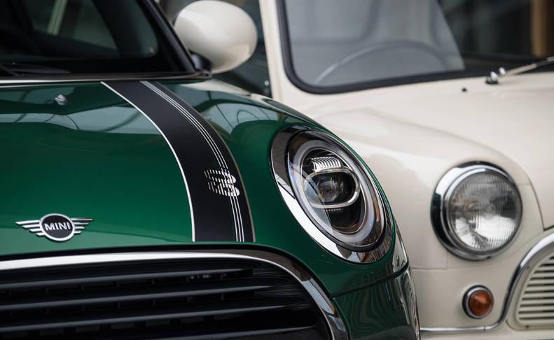 DISTINTOS OJOS, MISMA MIRADA. La versión especial del 60 aniversario está repleta de elementos inspirados en el modelo original. Pintado en el popular color verde 'British Racing Green', luce diferentes acabados metalizados en negro, gris, plateado o azul como alternativas. Destaca por sus franjas del capó, llantas de 17' y distintivos '60 Years'.