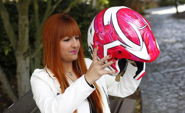 La copiloto navarra Helena Carrasco se coloca el casco durante una entrevista reciente en Diario de Navarra.