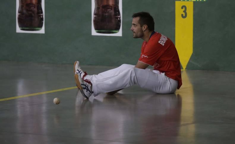Oinatz Bengoetxea, justo después de perder un tanto en el partido de Lekunberri del Cuatro y Medio contra Joseba Ezkurdia.