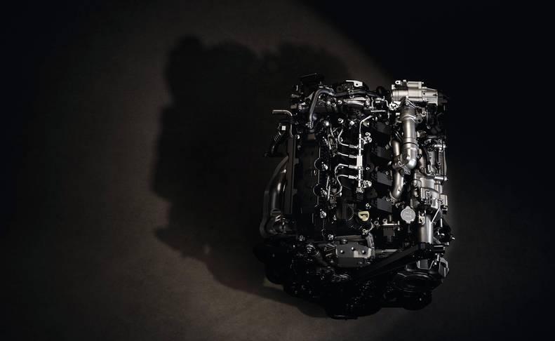Imágenes del Mazda3 con el nuevo y revolucionario motor único en el mundo de 180 CV que se basa en ignición por compresión controlado por chispa y se beneficia de las ventajas tanto de los motores de gasolina como de los diésel.