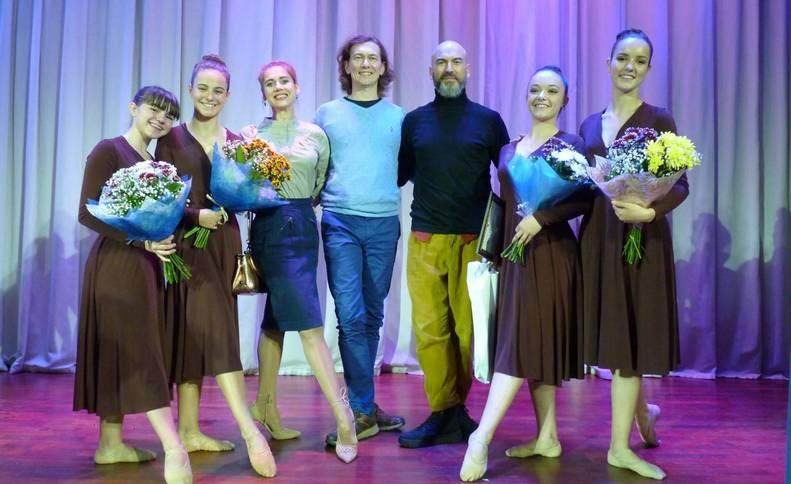 Andrés Beraza y alumnas de la escuela, sobre el escenario de San Petersburgo con bailarines rusos.