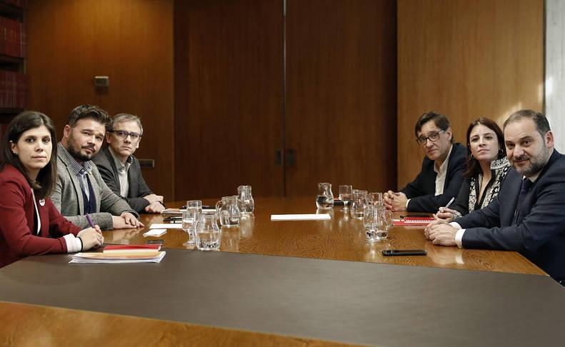 Los negociadores del PSOE, ERC-PSOE, José Luis Abalos (d), Adriana Lastra (2d) y Salvador Illa (3d), y de ERC, Marta Vilalta (i), Gabriel Rufián (2i) y Josep Maria Jové (3i), este martes.