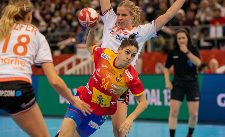 foto de AliciaFernández Fraga, en un lanzamiento en la final del Campeonato del Mundo de Balonmano, que ha enfrentado a España y Países Bajos