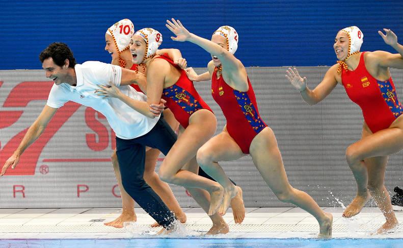 foto de Miki Oca y parte de la selección española femenina de waterpolo celebran el Campeonato de Europa